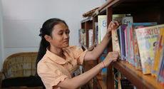 Student from class 8D at the library